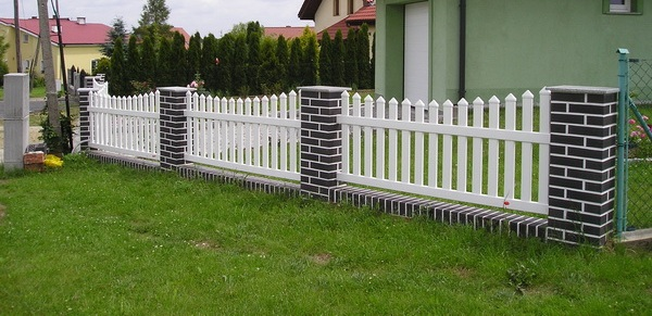 How To Build A Wood Fence (Video)